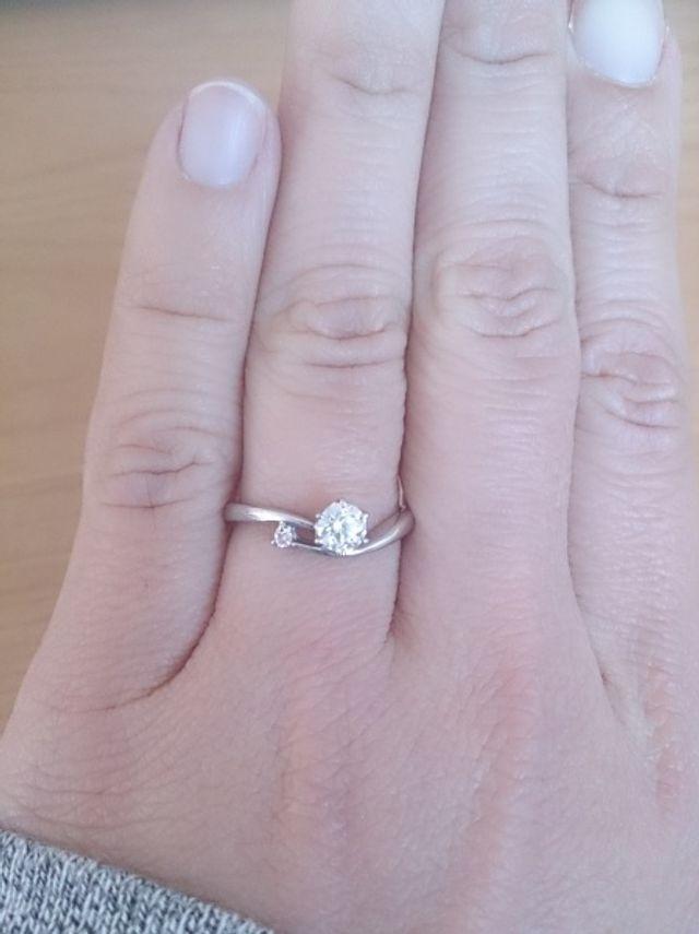 ダイヤモンドと小さなピンクダイヤが付いた指輪です