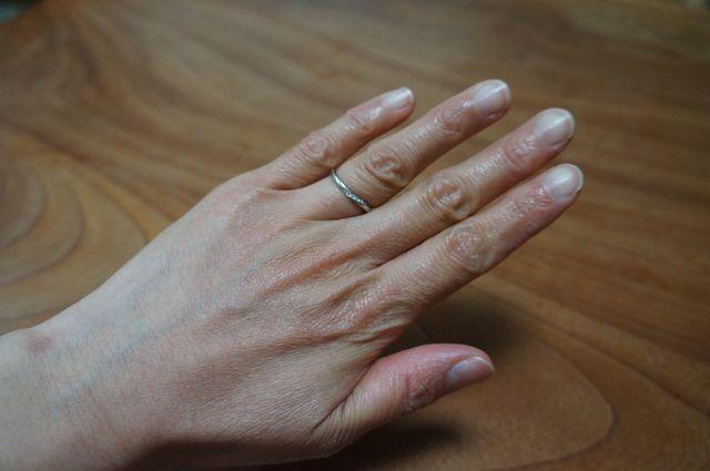 私の手は汚いですがデザインが美しく誰の指にも似合います。