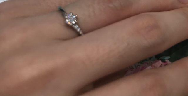 上品な輝きを放つ婚約指輪
