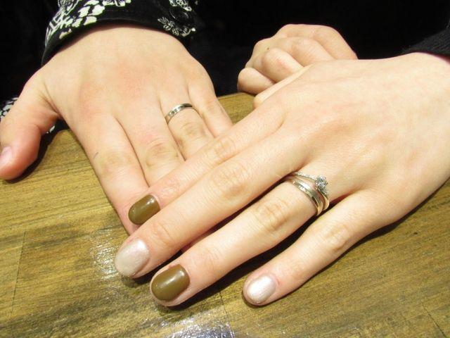 お揃いでホワイトゴールドの結婚指輪にしました。