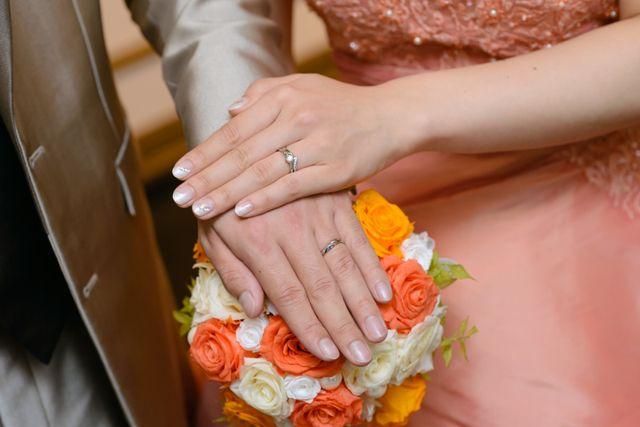 結婚式の時の写真です。下が結婚指輪です。