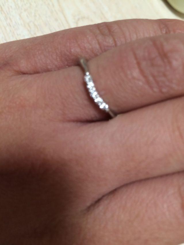 ダイヤが5つ付いていて、かわいいデザインです。