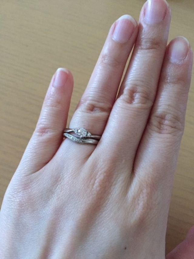 いただいていた婚約指輪と一緒につけるとこんな感じ。