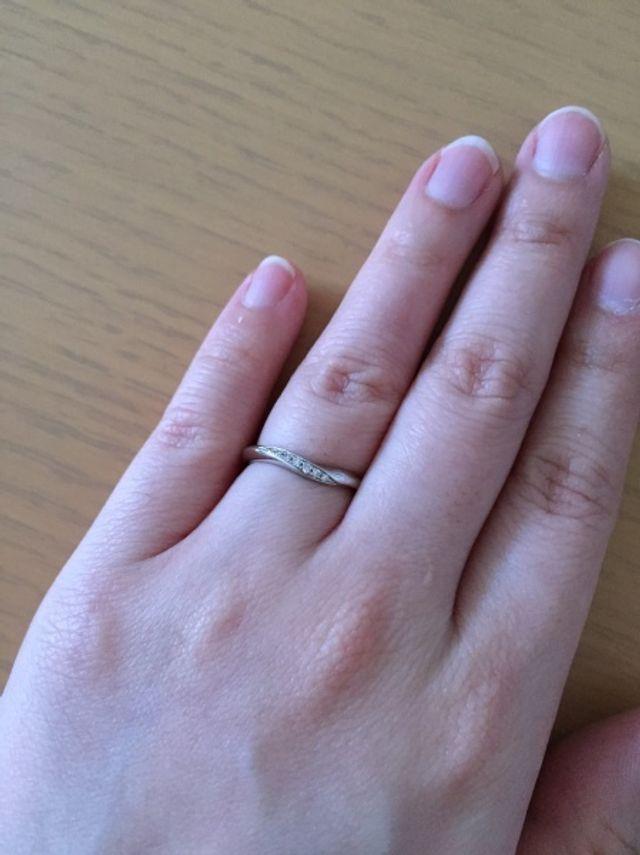 結婚指輪です。ゆるいV字ライン上に石が入っています。