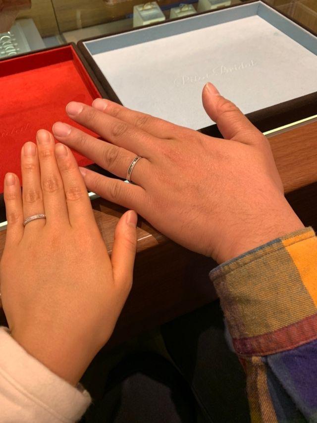 初めて出来上がった指輪を試着した時の写真です。