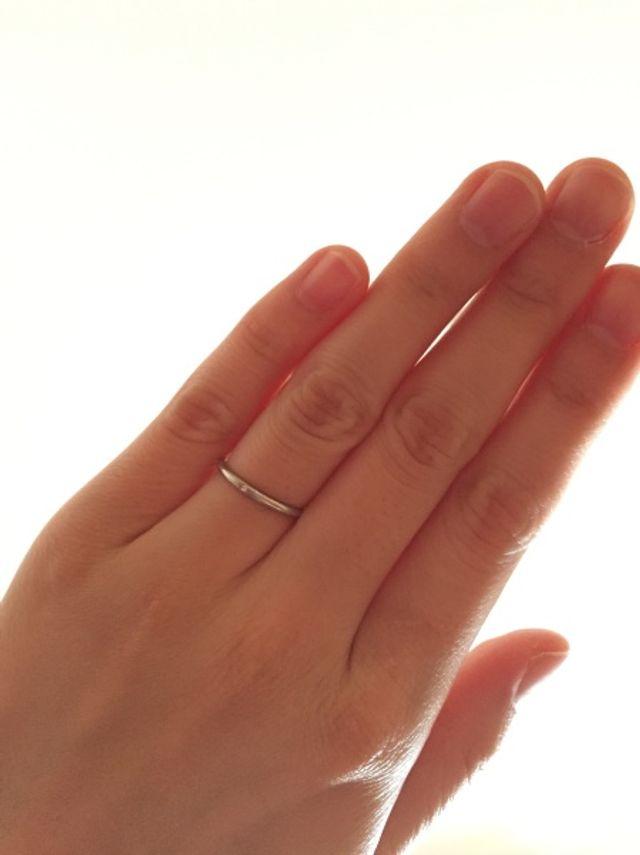 真ん中に小さなダイヤモンドがあります。