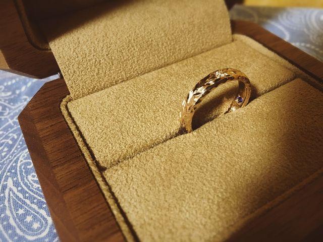 指輪の内側も刻印とサファイアで素敵