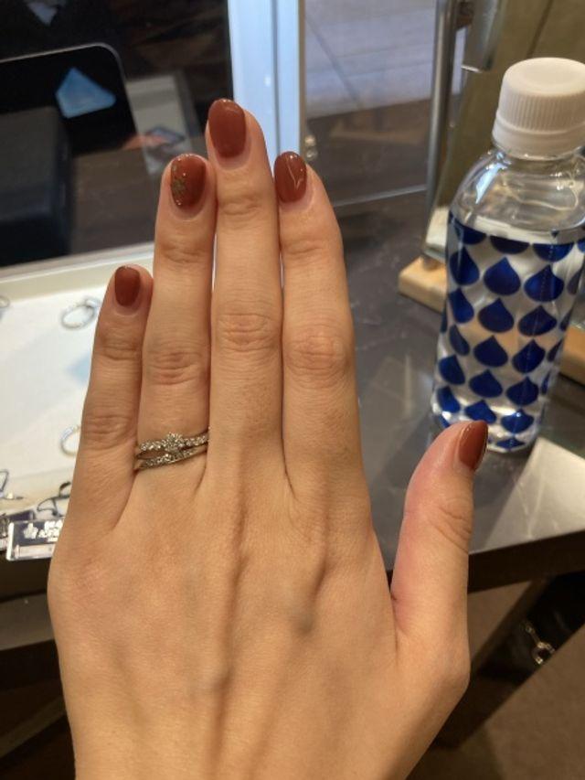 婚約指輪と結婚指輪の重ね付け。ウェーブラインで揃えています。