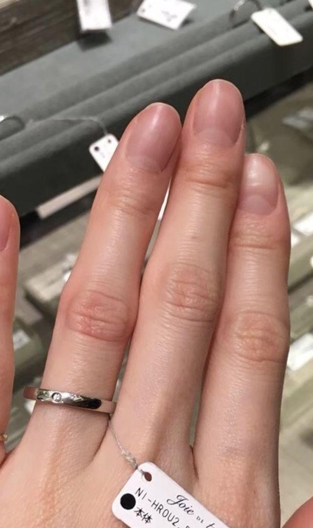 他のリングとの重ね付けでも楽しめるダイヤ付きのシンプル指輪
