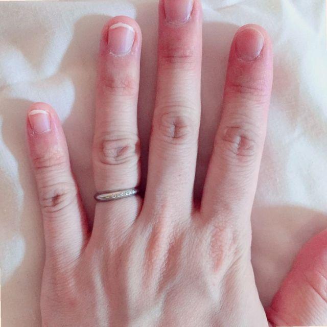 結婚指輪をはめた写真