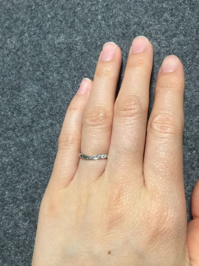 v字の内側にメレダイヤがあります