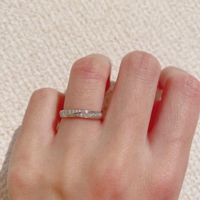 女性側が指輪をした写真です。