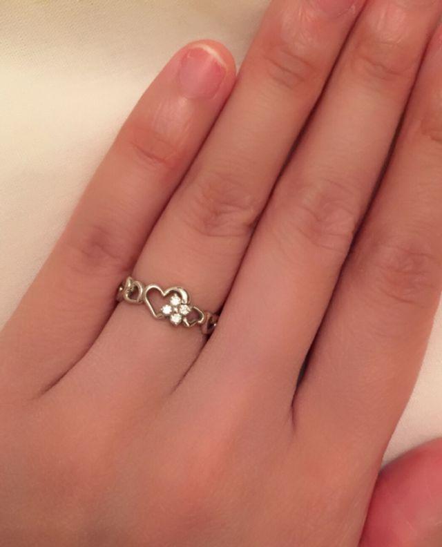 ハートのモチーフに花の形のダイヤがついた婚約指輪です。