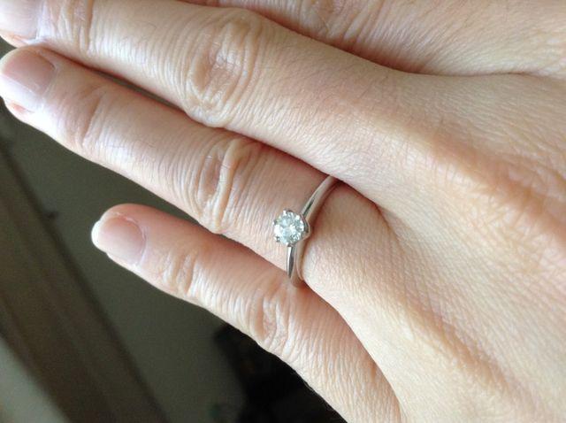 シンプルでスタンダードな婚約指輪です。