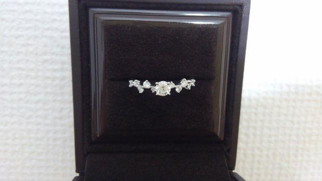 中央に大きめのダイヤ、左右に各々5つのダイヤがある指輪です。