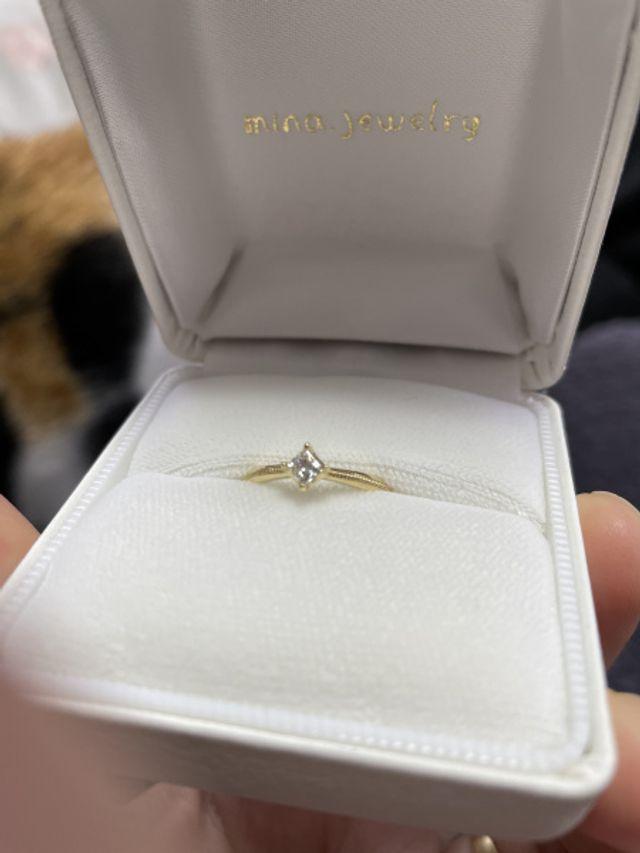 婚約指輪です。ダイヤをひし形に置いていただきました。