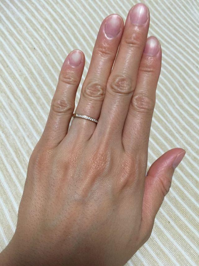 ピンクゴールドで表側にダイヤが15個ついています。