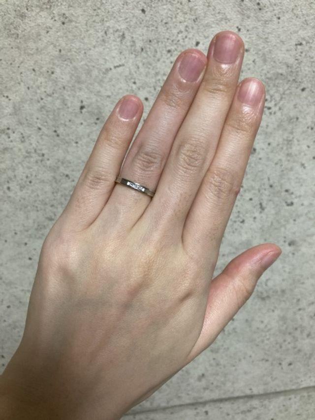 購入したパイロットウェディングの、結婚指輪の着用写真です。