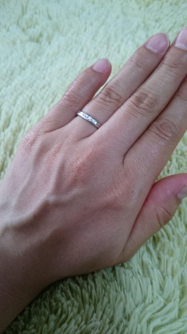 艶消し加工がされてる、派手すぎないデザインの指輪にしました