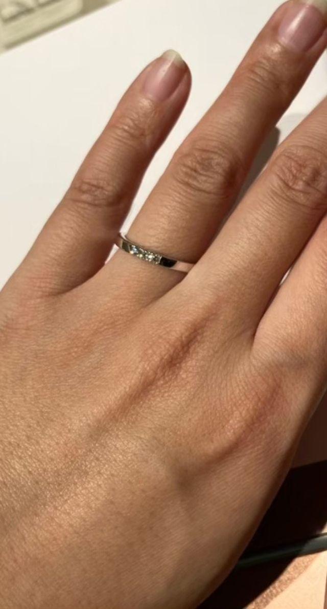 3つの石がついているシンプルかつ上品なリング