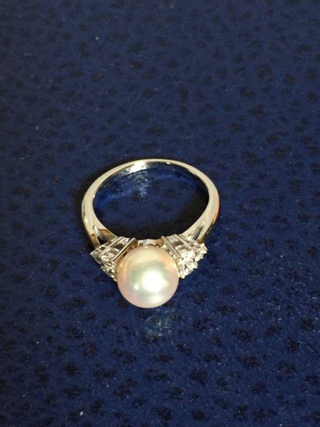 プラチナのリングにパールが付いていてパールの両脇はダイヤです