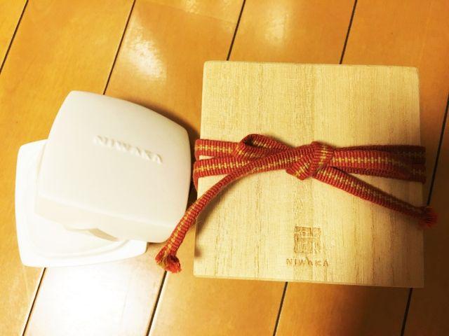 桐の箱で、中の器は骨壺と同じ素材だそうです。