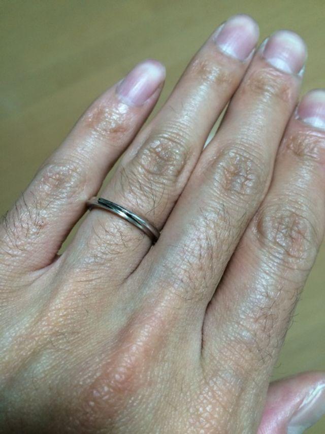 指輪を付けた写真です。(男性用)