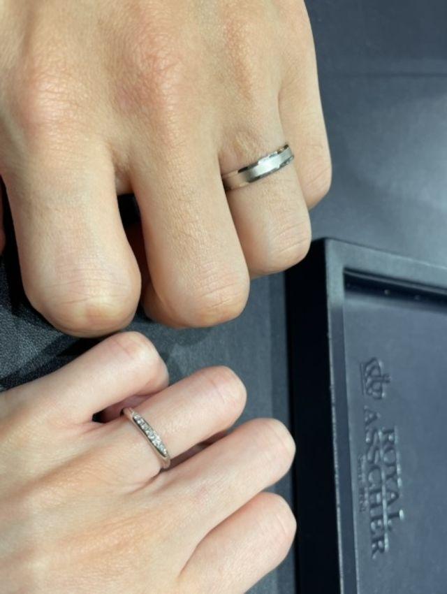 女性用は半円のようにメレダイヤが付いているストレート型です。