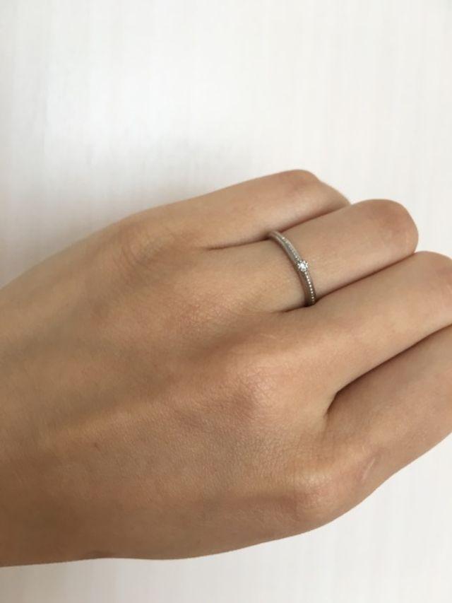 華奢な指輪のため、指の太い私でも指が綺麗に見えます。