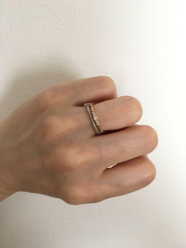 結婚指輪と重ね付けしても可愛いです。