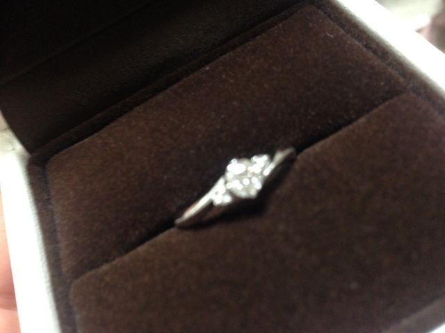真ん中にダイヤがあり、両側にちいさなダイヤがついています。