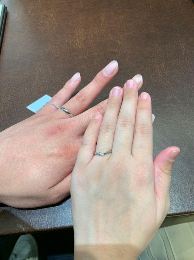 V字で指が綺麗に見えるデザインです。