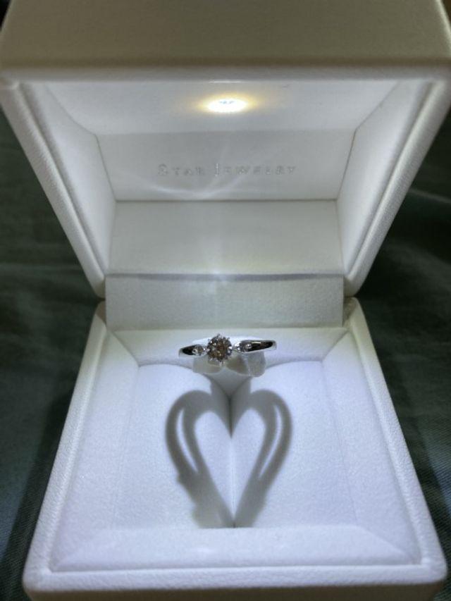 3つダイヤモンドがついた婚約指輪です。