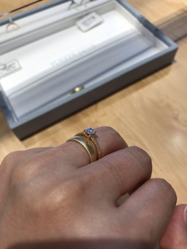 こちらで取り扱いの婚約指輪との重ね付けです