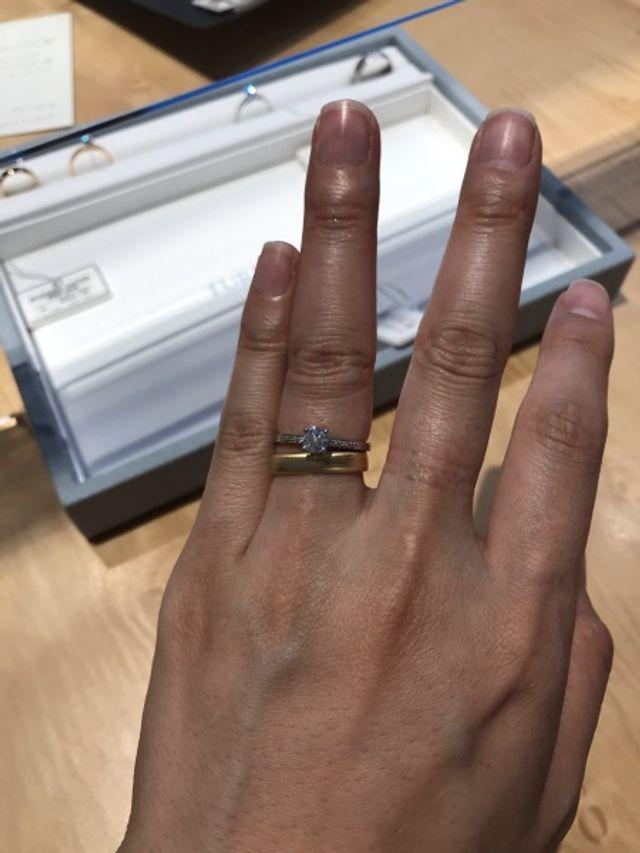 こちらも取り扱いの婚約指輪、一枚目と色違いのものとの重ね付け