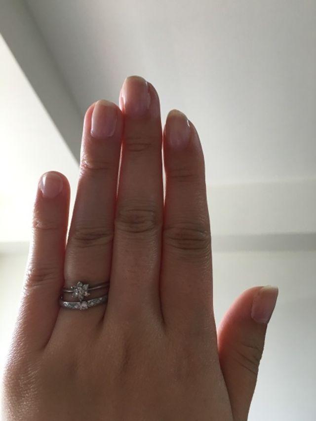 上が婚約指輪。重ね付けしています。