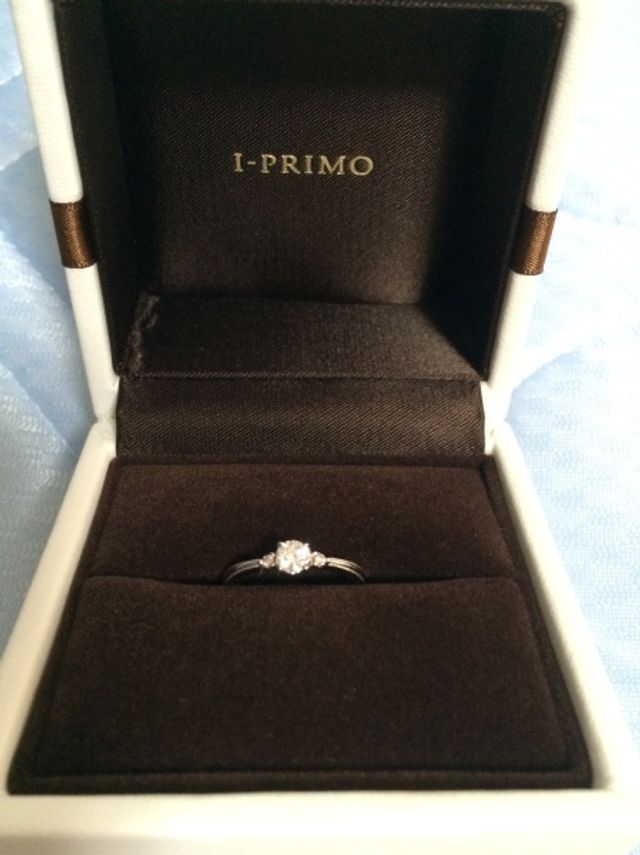 両サイドのダイヤをピンクダイヤモンドに変更しました。
