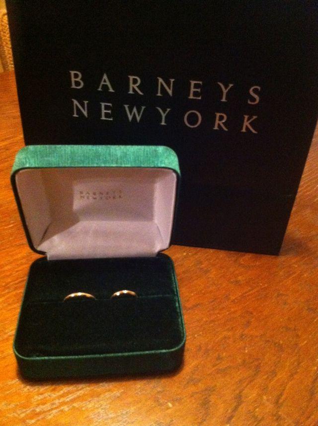 指輪の入ってる箱は濃緑の色がめずらしくて素敵です。