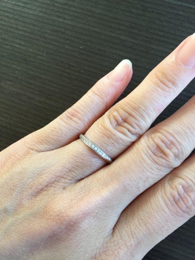 プラチナリングにダイヤが並べられた捻りのある指輪です
