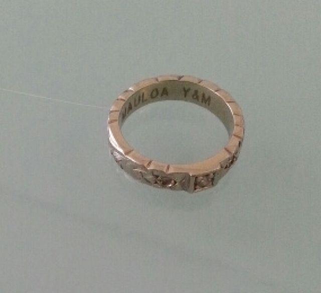 指輪の内側には二人のイニシャルとメッセージ入り。
