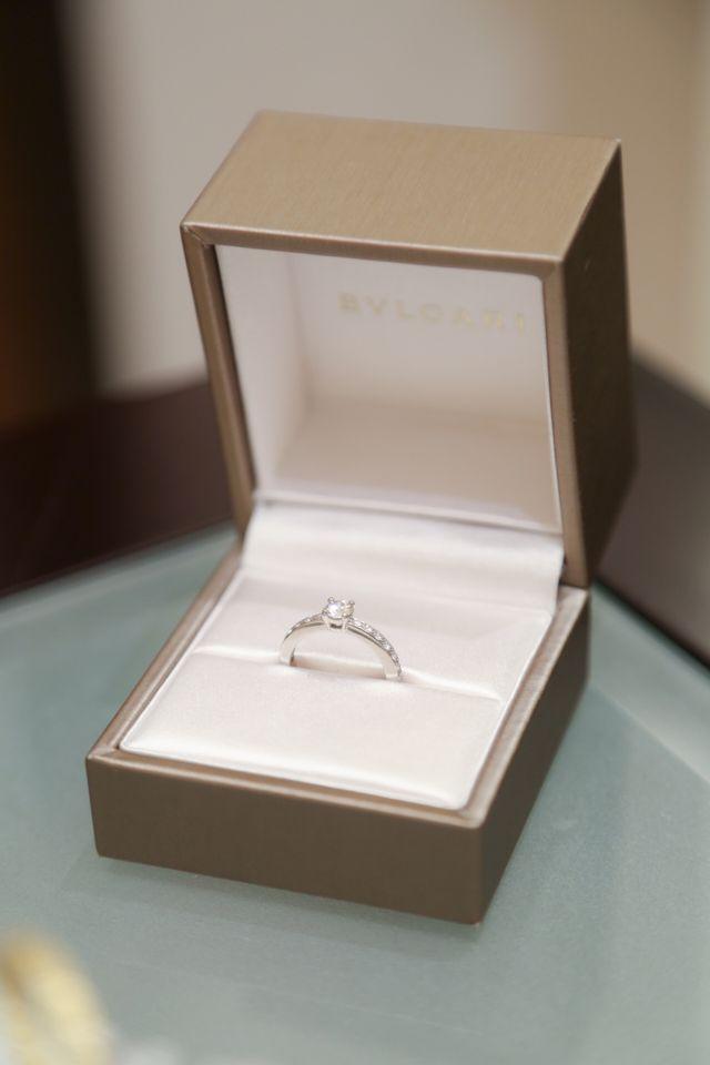 箱に入った婚約指輪の写真