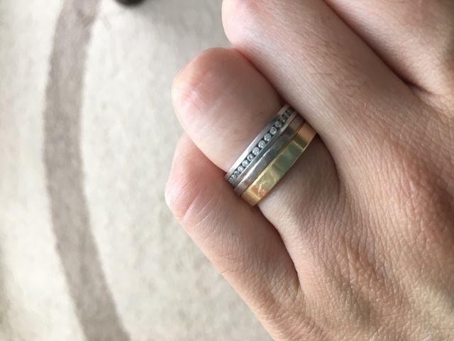 結婚指輪と一緒に購入したエタニティリングを重ね付けしてます。