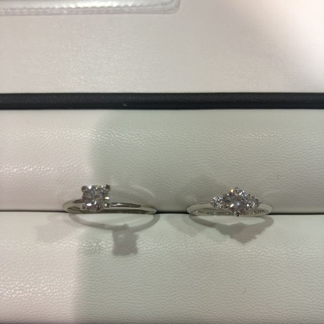 左が購入したダイヤ、右が台座のサンプル