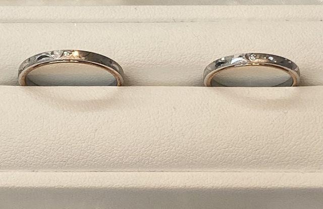 結婚指輪。コンビ素材で表面に模様(彫り)が入っている。