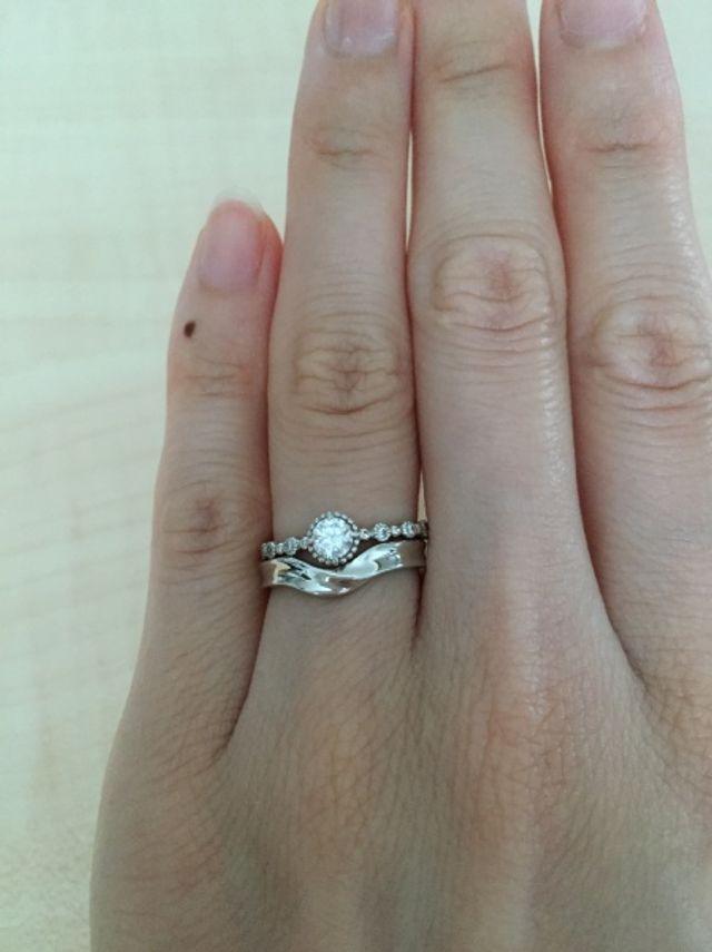 結婚指輪がリバーシブルになっている。