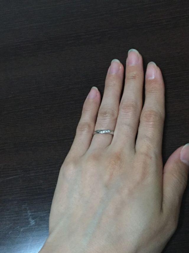 ダイヤが3粒です。仕事でも付けられるようシンプルにしました。