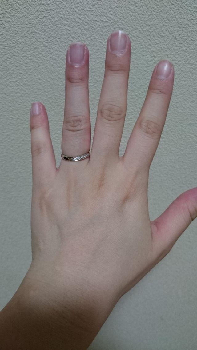 曲線が綺麗な指輪です。