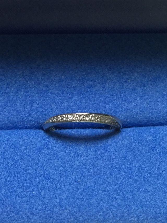 細身の指輪で、リングの1/3にダイヤモンドがついています。