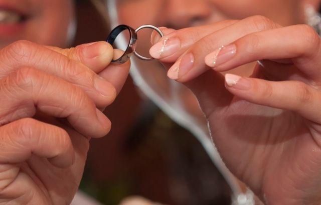 指輪の裏側は、結婚式のテーマカラーだったブルーにしました