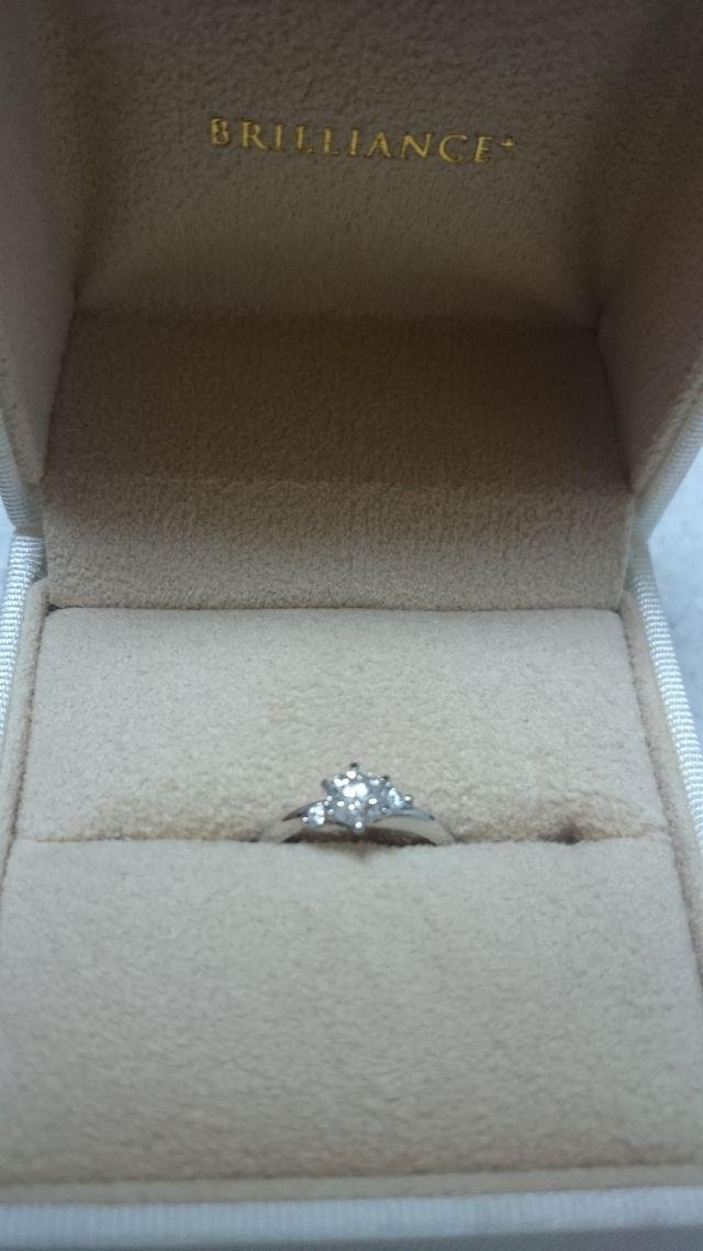 大きいダイヤは0.35カラットです。